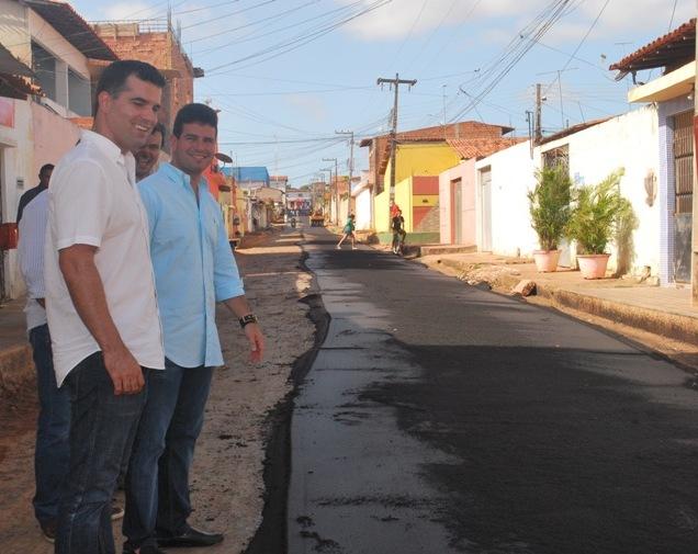 Prefeito asfaltou, somente este ano, mais de 80 km de ruas e avenidas de diversos bairros da cidade.