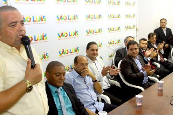 Ulisses Fernando Campos, 30 anos, ou Mãozinha, como é conhecido foi empossado na tarde de ontem quarta-feira 21/01, como novo auxiliar para a administração municipal de São Luis em solenidade muito concorrida na sede da Prefeitura.