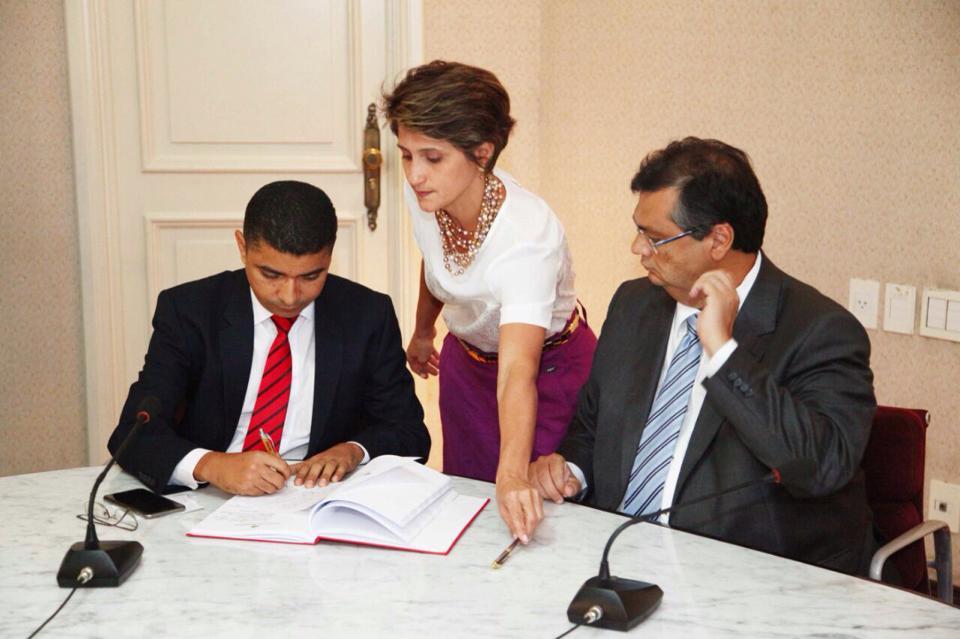 Bira do Pindaré assina ato de posse durante ato no Palácio dos Leões como secretário de Ciência, Tecnologia e Ensino Superior do Maranhão.