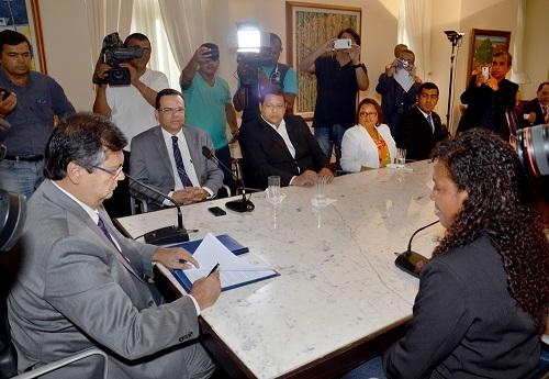 Foto_FranciscoCampos_Governador_assina_CNHJovem (1)