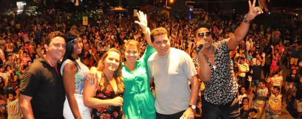 Prefeito Alan Linhares e família participando da festa