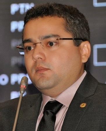 Eleito em 2014 numa campanha milionário que lhe rendeu 38.575 votos, o deputado estadual Ricardo Tadeu Ribeiro Pearce(PEN), é filho da prefeitura de Vitoria do Mearim, Doris de Fátima Ribeiro Pearce. E sobrinho do enrolado  prefeito do Município de Turiaçu, Joaquim Umbelino Ribeiro.