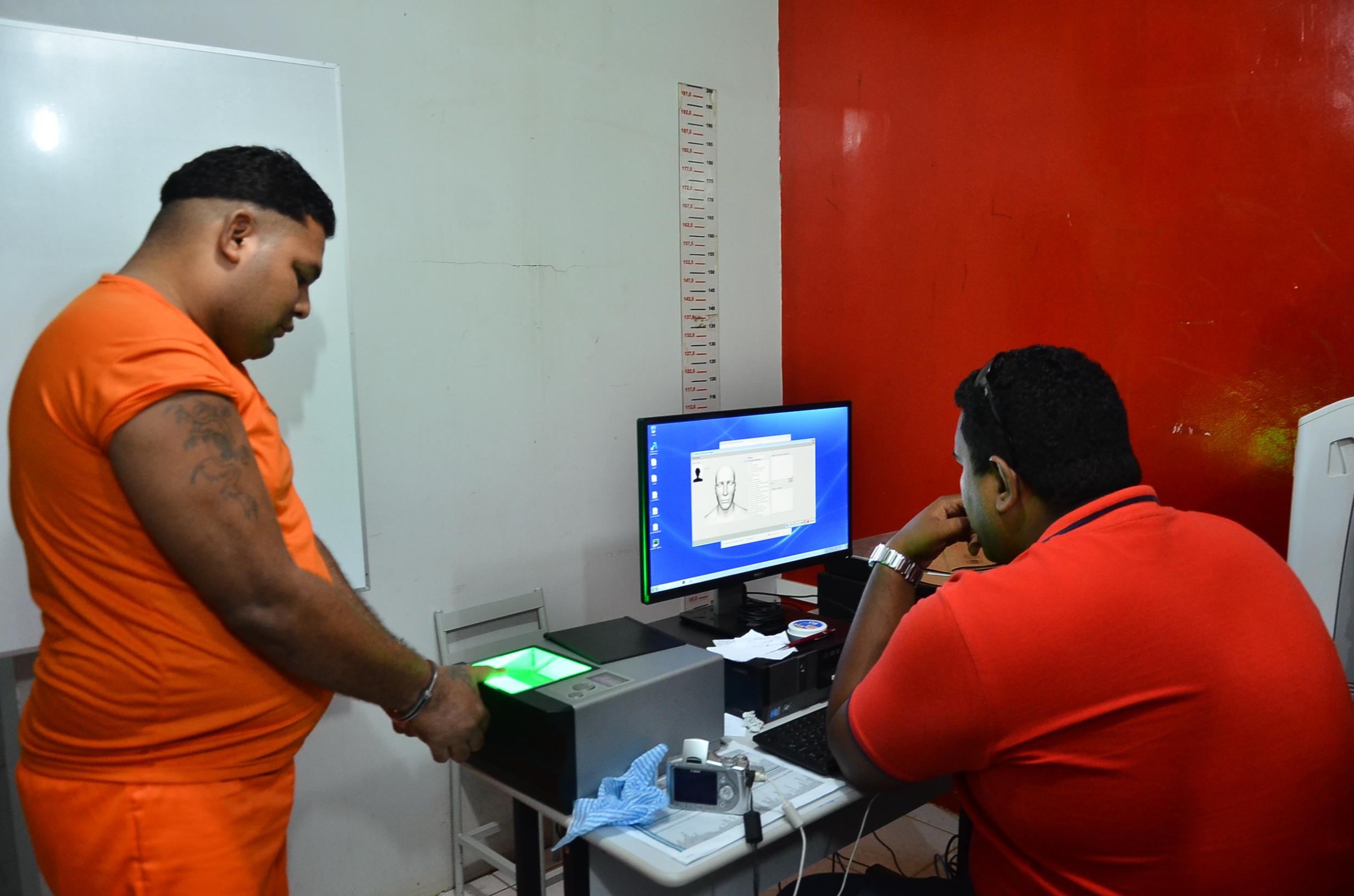 Detentos fazem identificação biométrica instalada no sistema prisional do estado.