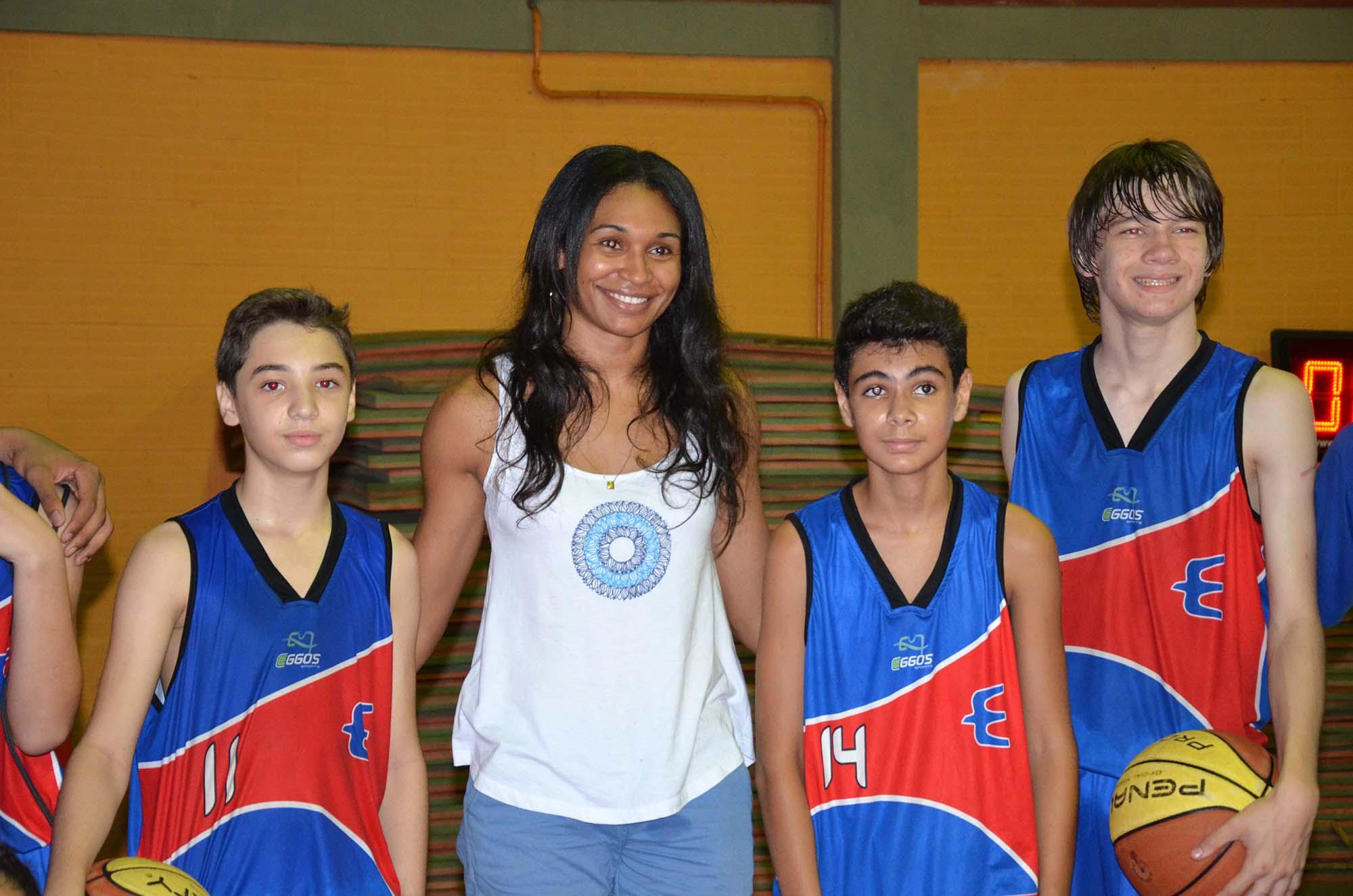 Atleta Iziane Castro acompanhou os jogos de basquete dos JEMs