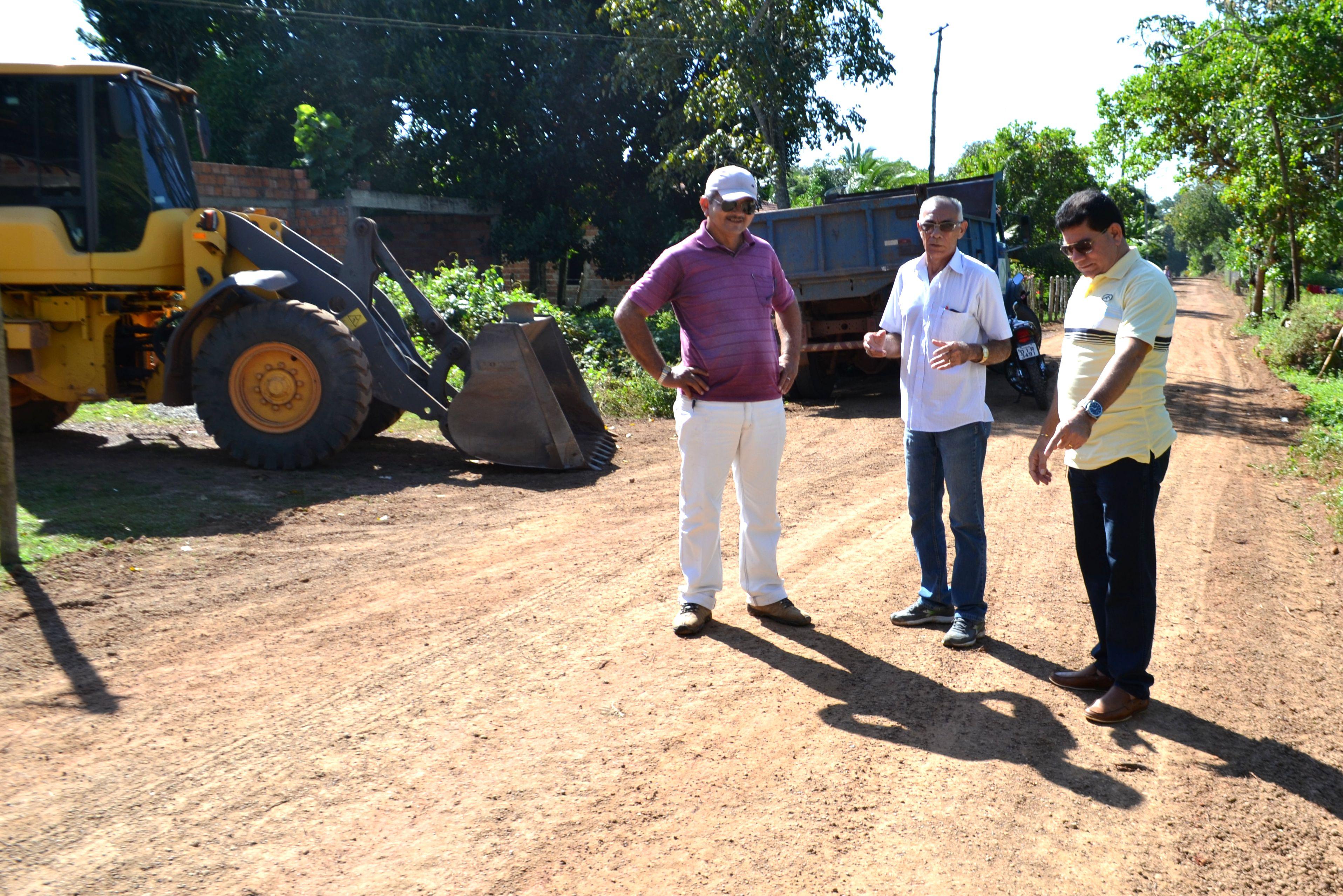 Prefeito Alan Linhares acompanhando obras de vicinais
