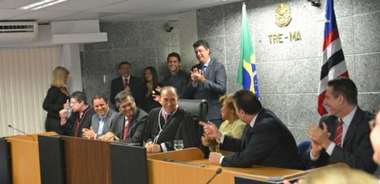Desembargador Lourival Serejo sendo aclamado presidente do TRE-MA