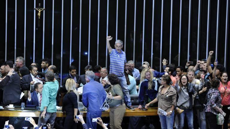 lbjr_manifestantes-invadem-plenario-camara-deputados-brasilia_00711162016-768x432