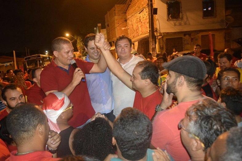 Durante a campanha de reeleição em 2016 aonde obteve 7.489 votos, Marquinhos exalta Weverton, ao lado do prefeito Edivaldo e do seu adversário de bairro, o também vereador Ivaldo Rodrigues