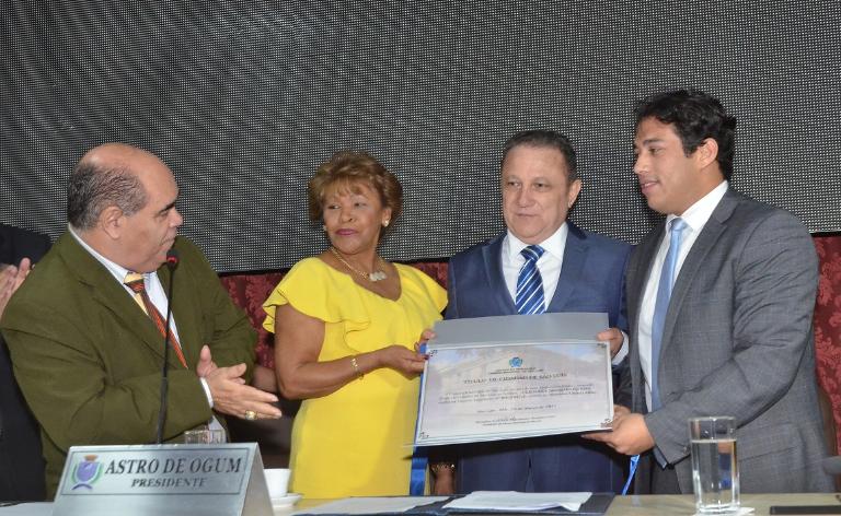 Desa. Anildes Cruz e vereador Osmar Filho entregam o título ao presidente do TJMA. Foto: Ribamar Pinheiro/TJMA
