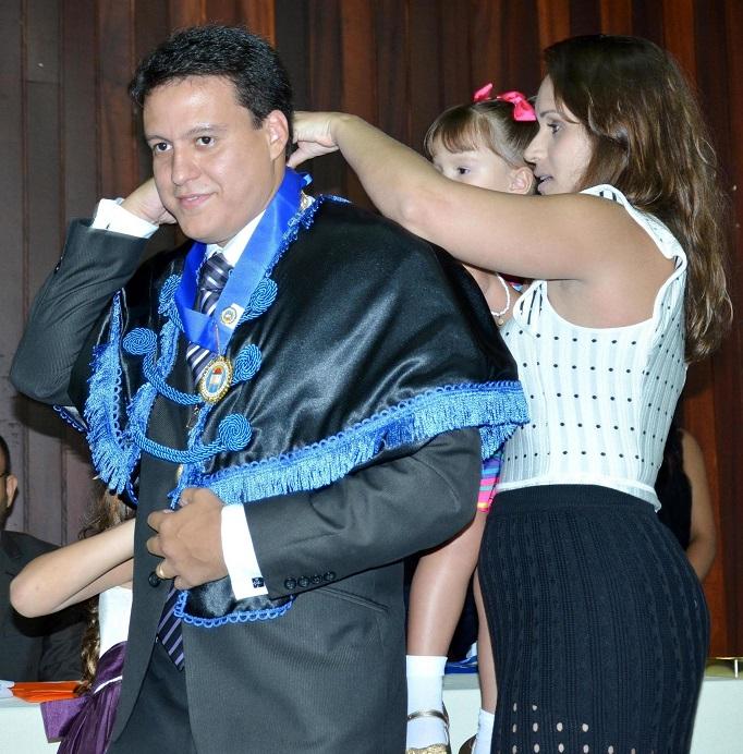 Felipe Camarão recebe cordão da ALL das mãos da esposa e das filhas.
