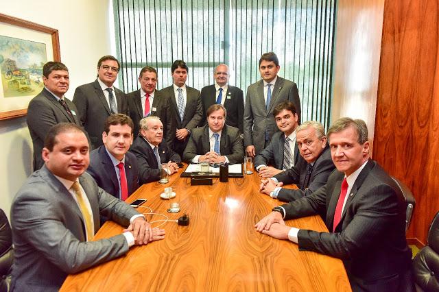 Na imagem, prefeitos, deputados e políticos de outros estados, mas nenhum senador do Maranhão...