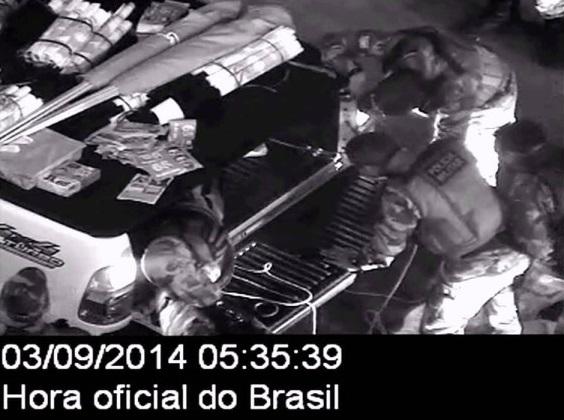 Imagem da operação da PM durante revista ao veículo dirigido por Saulo Dino, irmão do                                                   então candidato Flávio Dino