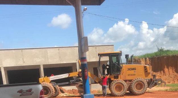 """""""Patrol Motoniveladora"""" com adesivos da prefeitura Santa Luzia em obra de fornecedor da prefeitura..."""