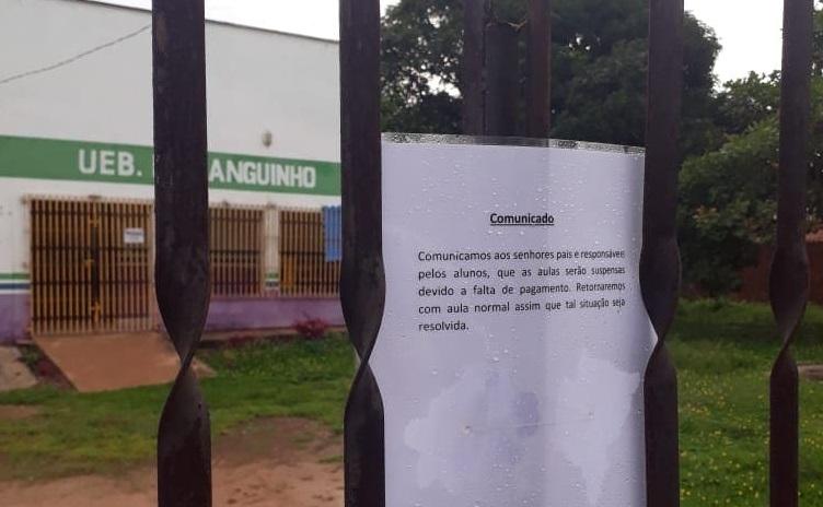 Comunicado foi fixado no portão da escola Moraguinho, situada na bairro Vassoural.