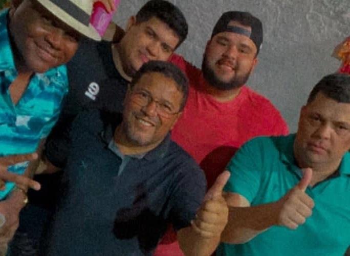 """Sem aparentemente nenhuma sequela da tal """"greve de fome"""" vereador Sá Marques posou para fotos ao lado de folias no Bloco do João Paulo..."""