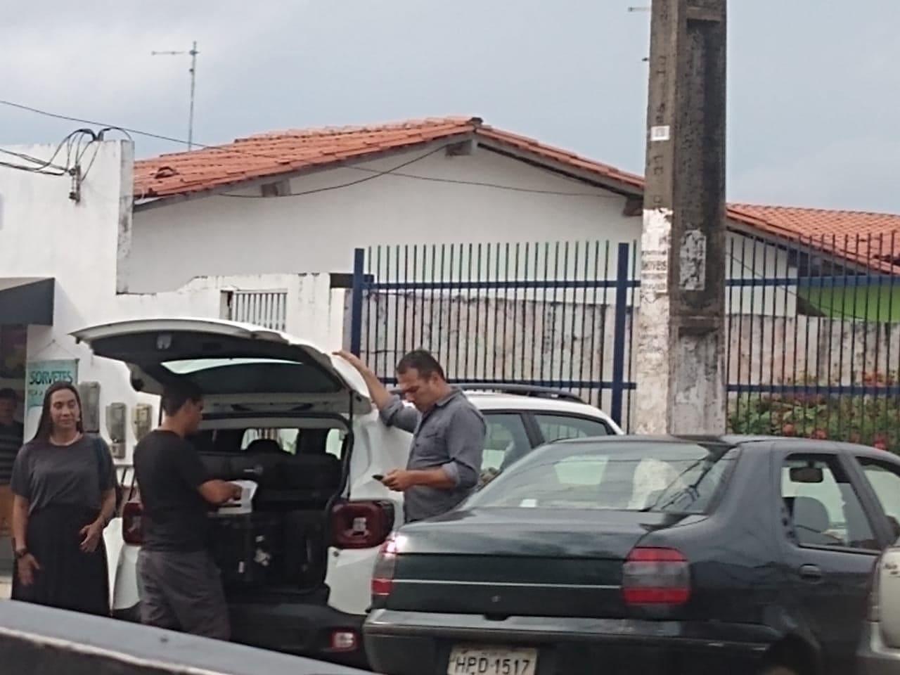 Repórter Maurício Ferraz na frente do Fórum de São José de Ribamar...