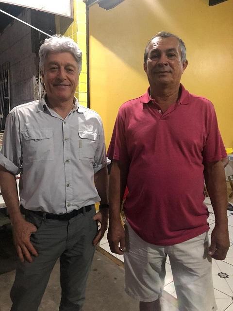 Imagem de um morador de Humberto de Campos com o jornalista da Globo...