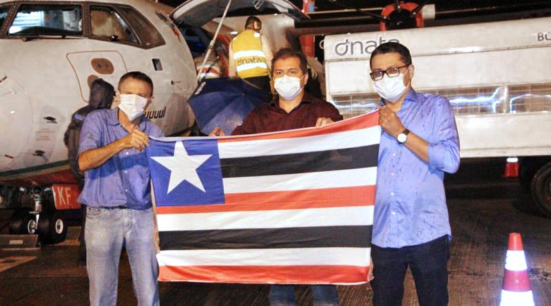 Simplício esteve no Aeroporto com o secretário de Saúde do Estado e o empresário Wilson Mateus para receber os 107 respiradores vindos da China...