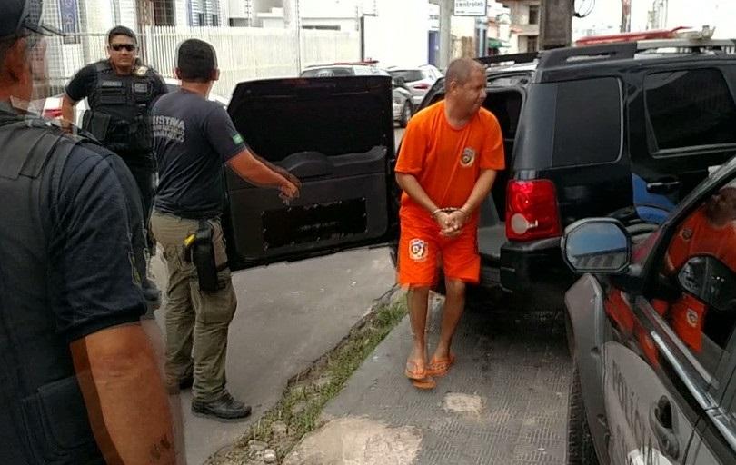 Manoel Mariano Júnior, suspeito de planejar o assassinato do pai, chegou algemado a sede da SEIC em São Luís.