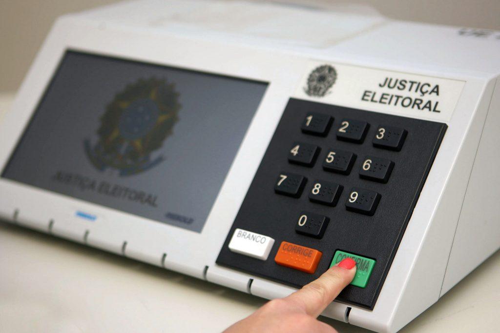 Senado aprova PEC que adia para novembro eleições municipais deste ano.