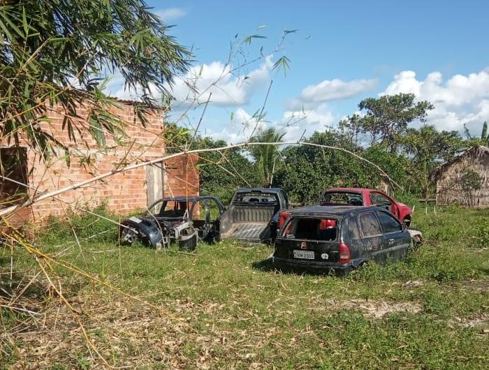 Neco levou os veículos para sua propriedade nas imediações da entrada do Matadouro Público Municipal, estrada do Povoado Cajueiro.