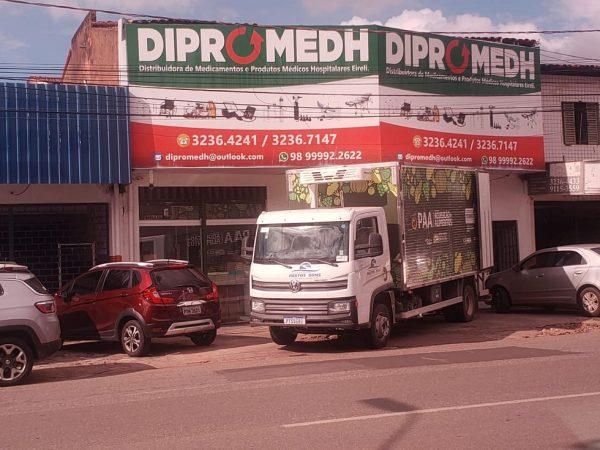 Em plena luz do dia, caminhão da prefeitura de Pastos Bons abastece empresa de medicamentos da família Gonçalo