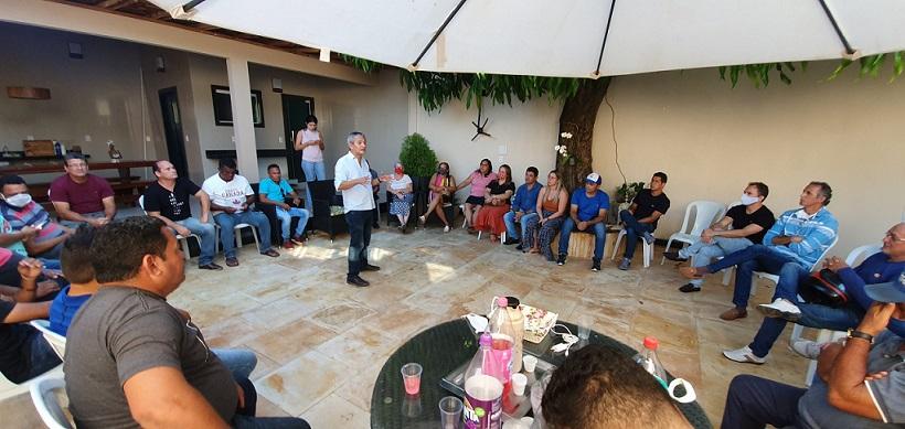 Barros fala a aliados da prefeita Talita durante reunião na casa da gestora...