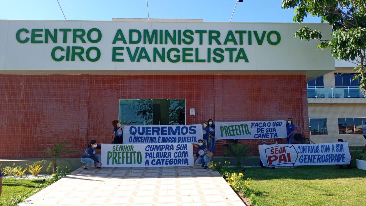 Agentes Comunitários de Saúde ergueram faixas na porta do Centro Administrativo da Prefeitura de Presidente Dutra...