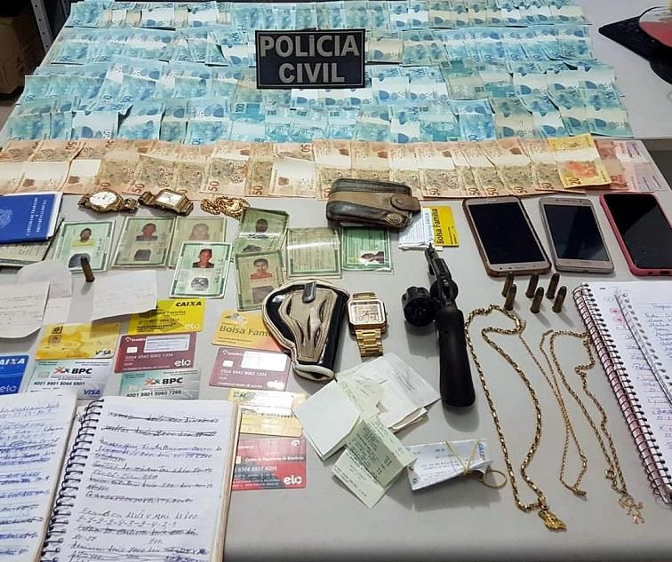 Dinheiro, documentos, armas, jóias, celulares, relógios e munição foram apreendidos pela Polícia...