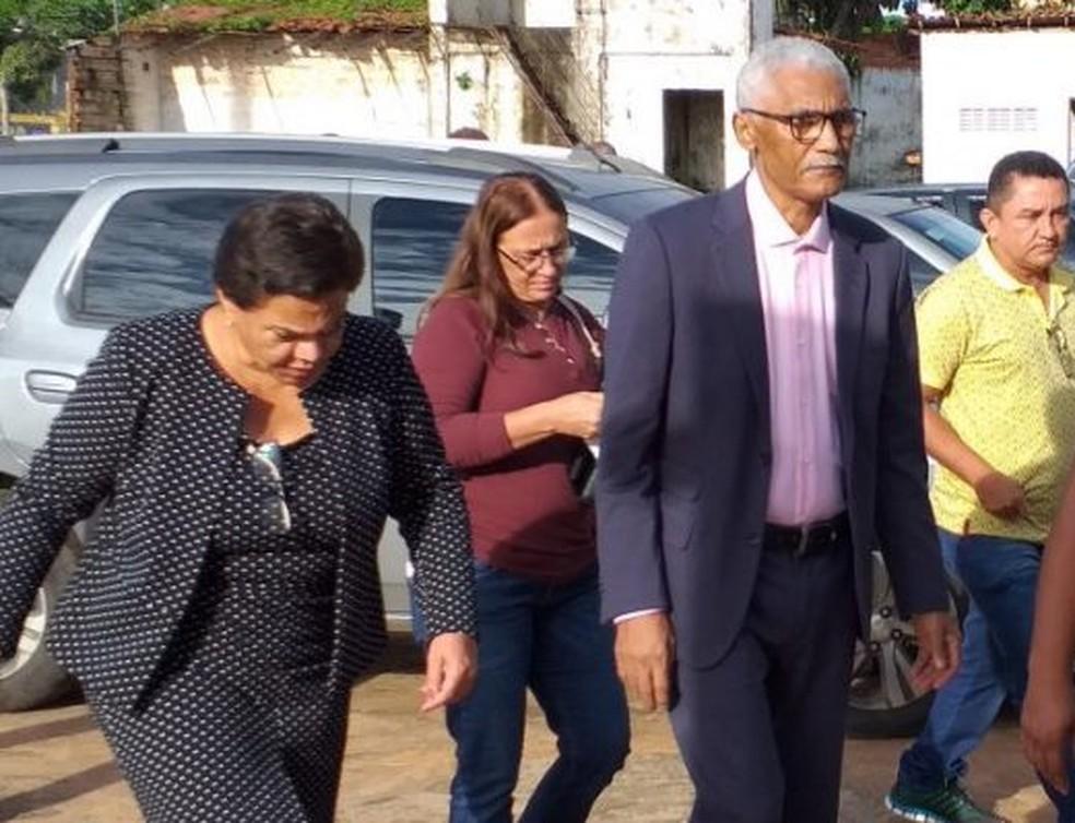 Acompanhado da esposa Núbia, Domingos Dutra chega ao centro administrativo de Paço do Lumiar — Foto: Divulgação