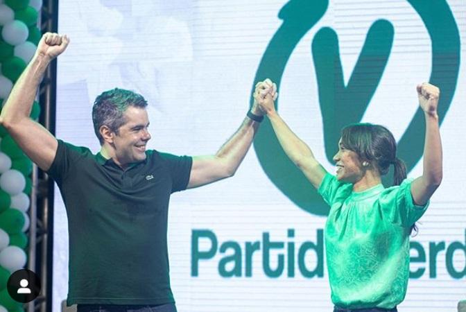 Única foto publicada nas redes sociais de Adriano da Convenção do PV; Ele segura o braço da jovem Vall...