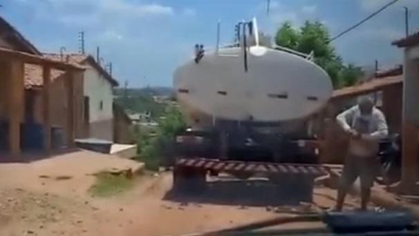 Carro pipa da prefeitura de Trizidela abastece o morro do Calango, em Pedreiras, cidade na qual a primeira-dama é pré-candidata a prefeita.