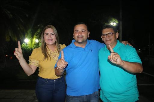 Dr. Humberto faz sinal de vitória ao lado dos irmãos, Vinicius e Priscila...