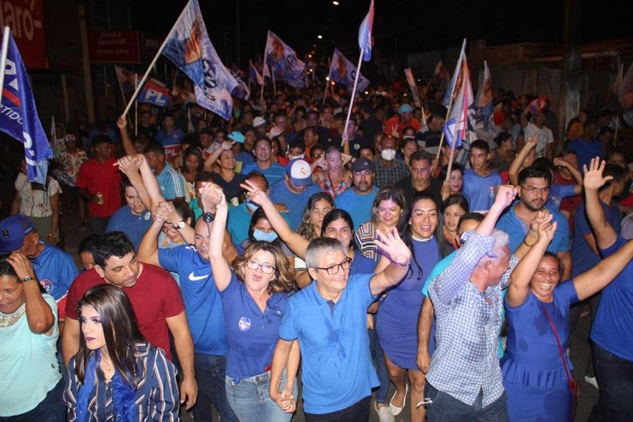 Eudes Barros durante caminhadas pelas ruas de Raposa...