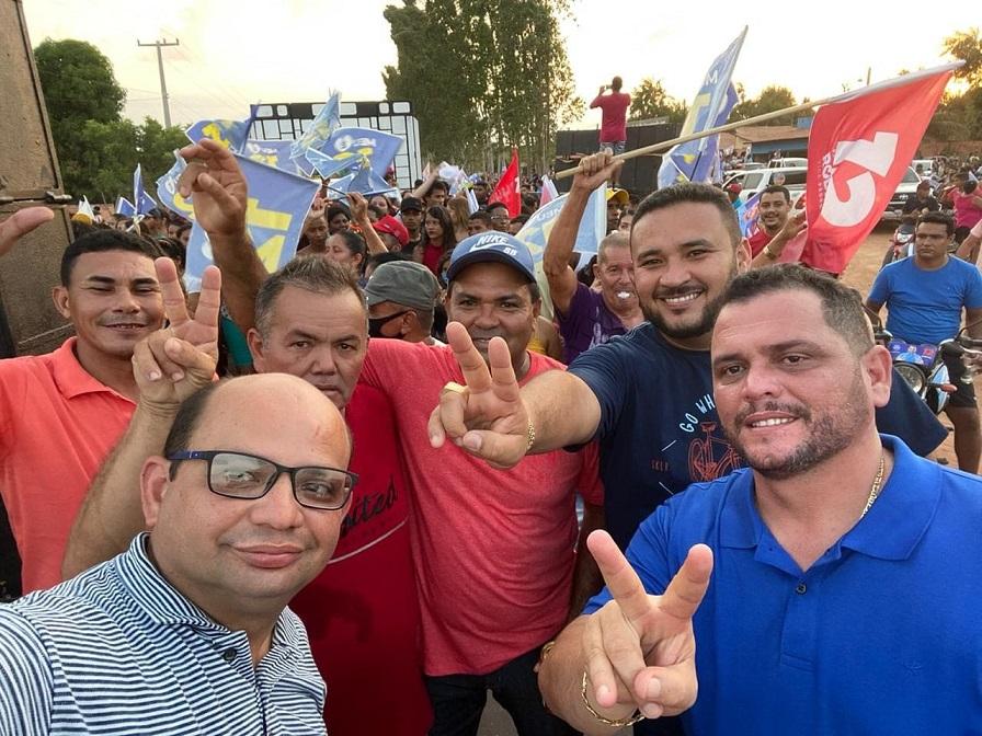 """Prefeito Rodrigues da Iara faz sinal de vitória, ladeado do empresário """"Feio"""", do vereador Iratan e de aliados..."""