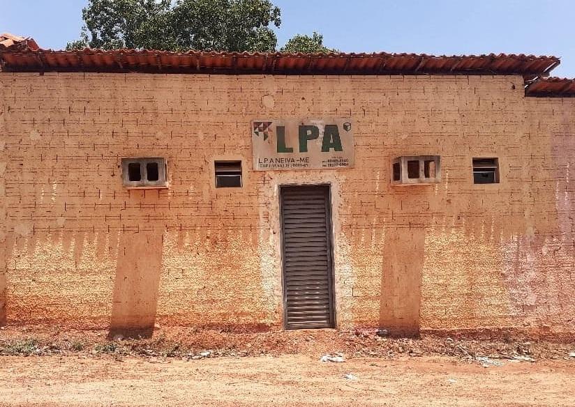 Empresa L.P.A Neiva - ME funciona numa portinha de um antigo hotel abandonado...