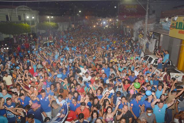 Multidão nas ruas...