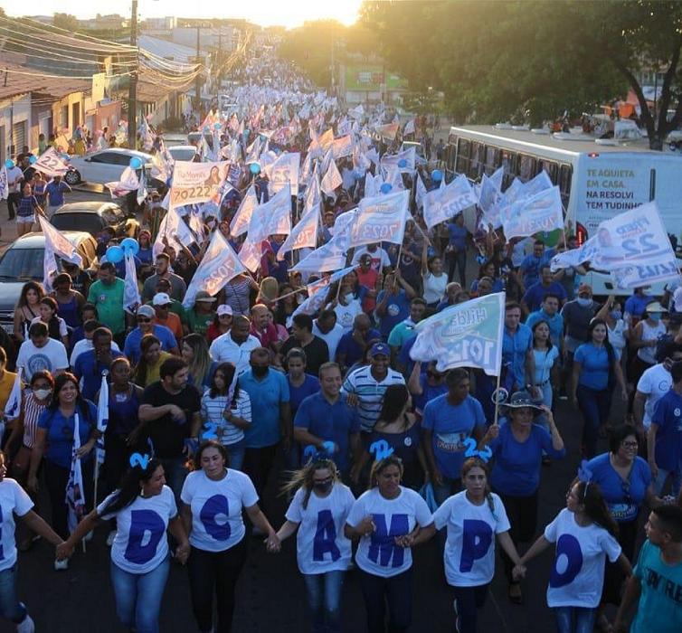 Multidão nas ruas do Maiobão...
