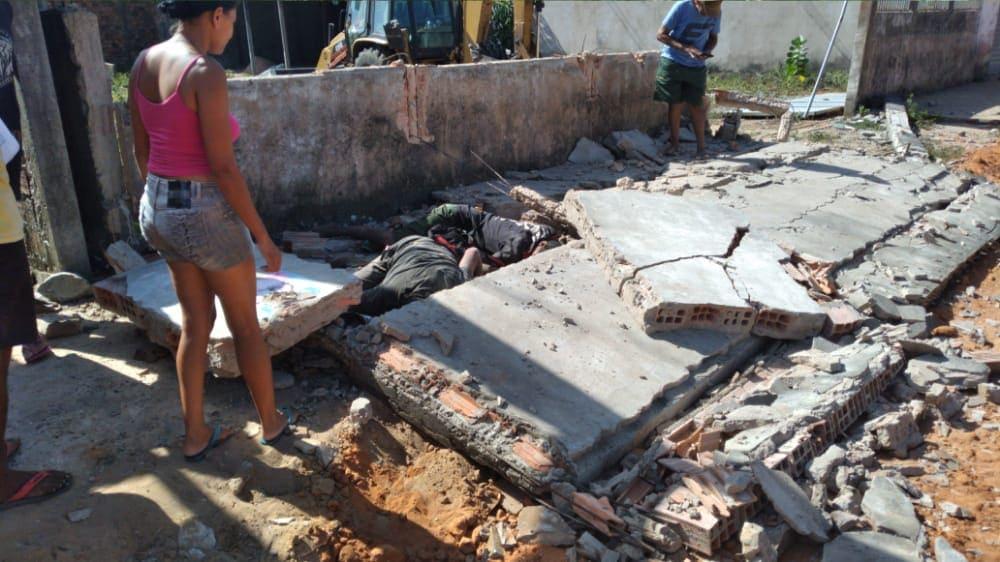 Os corpos ficaram embaixo do muro que foi derrubado pela máquina...