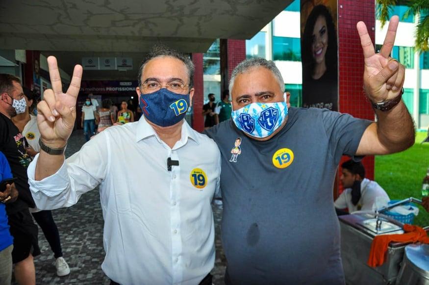 """Adesivados de Braide, Senador Roberto Rocha faz sinal de vitória com """"Maxplan""""..."""