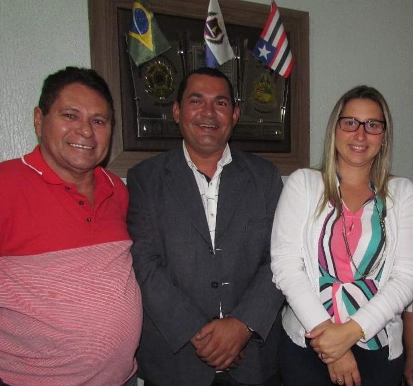Diovo ladeado do ex-prefeito Laci e da então prefeita Talita Laci.