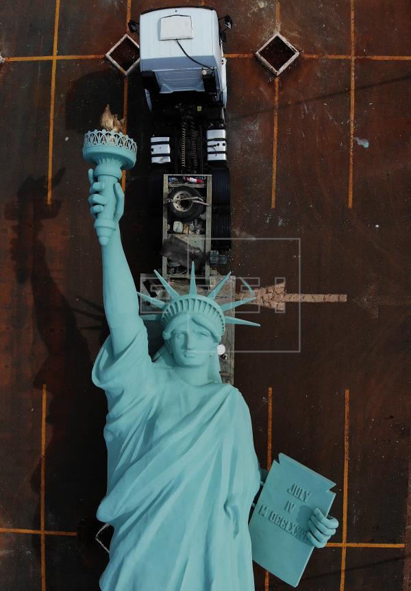 Por ocasião da inauguração de uma filial em Brasília, a Havan levou até a capital federal uma das réplicas da estátua, hoje fixadas em diversas cidades do país. As autoridades locais, contudo, proibiram a instalação da estátua de 35 metros, já que esta não cumpre os requisitos do plano diretor de publicidade, que permite estruturas de no máximo 12 metros na região.