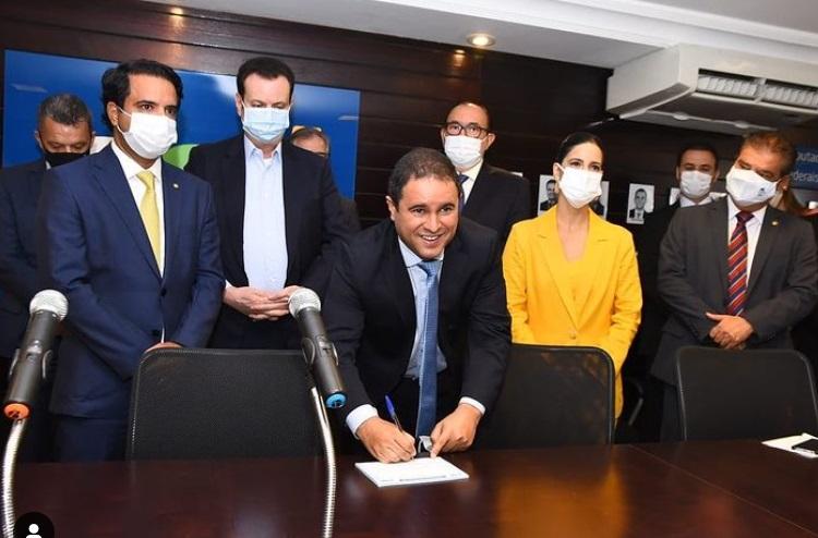 Holanda Júnior posa para a foto no momento da assinatura da ficha de filiação...