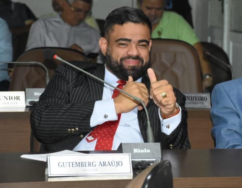 Paulo Victor na mesa de Dr. Gutemberg Araújo...