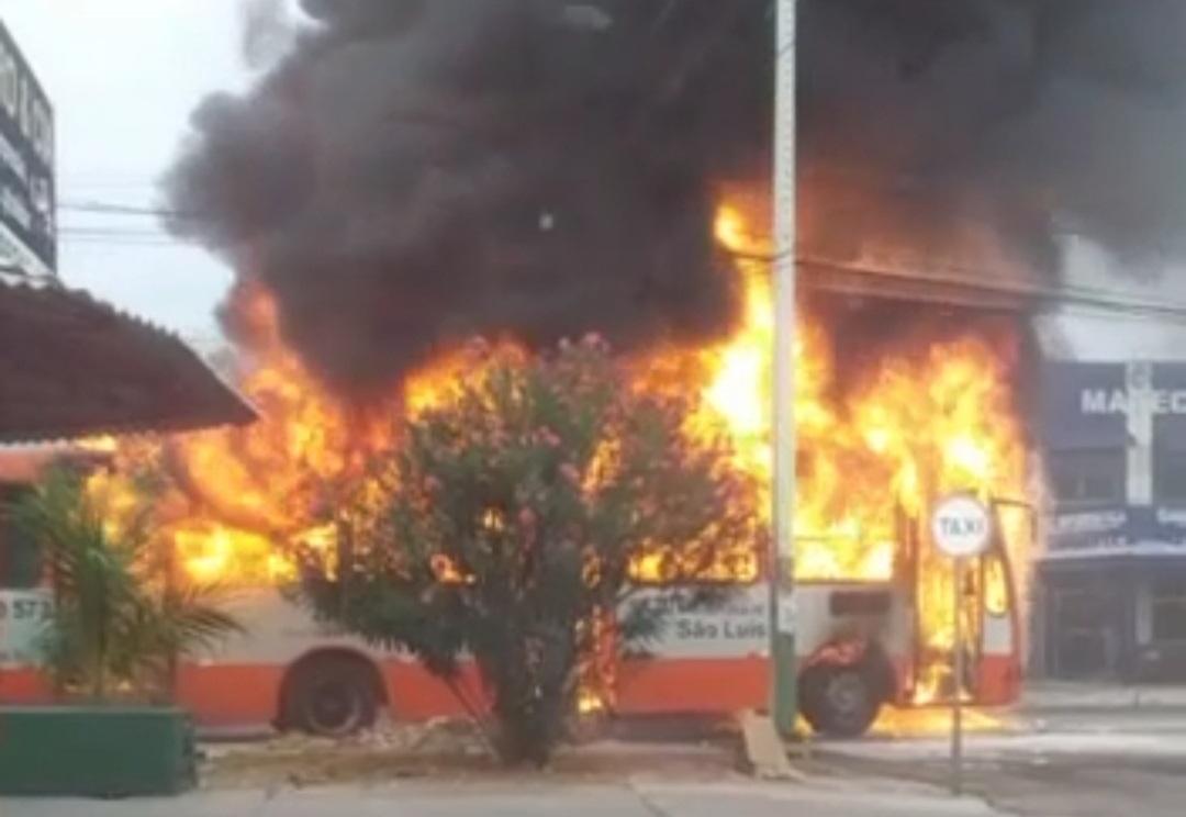 Ônibus pega fogo em avenida de São Luís.