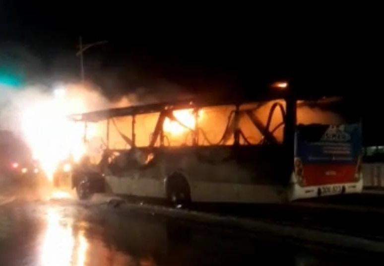 Ônibus coletivo velho da empresa Arueira que fazia a linha São Raimundo/Rodoviária, pegou fogo na Avenida Beira Mar.