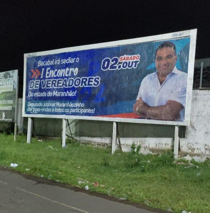 Placa publicitária está implantado no Centro Cultural, na cidade de Bacabal...