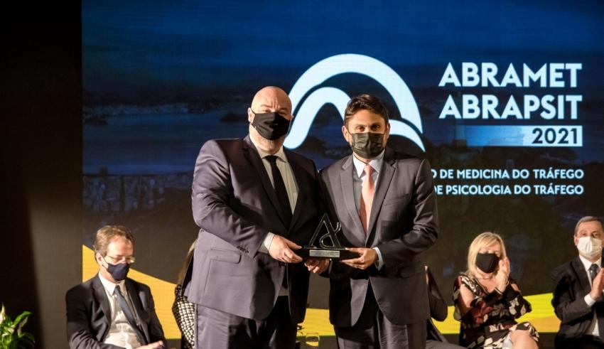 O deputado recebeu, na semana passada, a maior honraria concedida pela Abramet. Em congresso da entidade, ele destacou todo o trabalho realizado na reformulação do Código de Trânsito Brasileiro