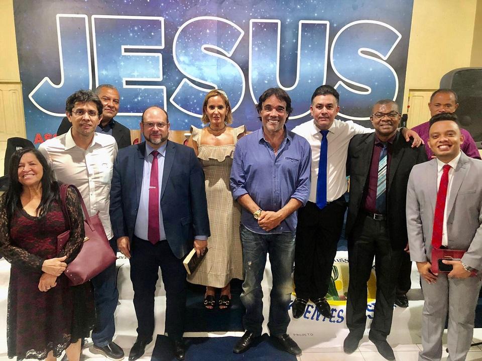 Edinho Lobão ladeados de líderes evangélicos dentro da igreja...